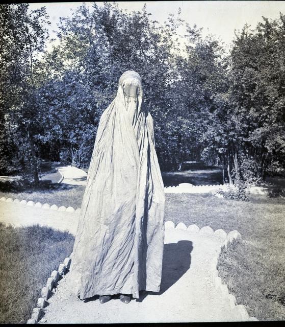 , 'Kaboul, voile afghan pour les femmes porté dans la rue pendant leur passage sur la voie publique (tchadri) l'enveloppe, tissus de coton coloré (gris-violet ou blanc), la calotte est entièrement brodée main, et la partie qui cache le visage n'est fait qu'à Kandahar,' ca. 1933, Musée national des arts asiatiques - Guimet