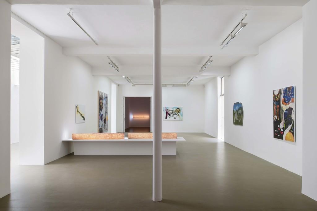 Seth Price, Self As Tube, Galerie Chantal Crousel, Paris (2019). Courtesy of the artist and Galerie Chantal Crousel, Paris. Photo: Martin Argyroglo