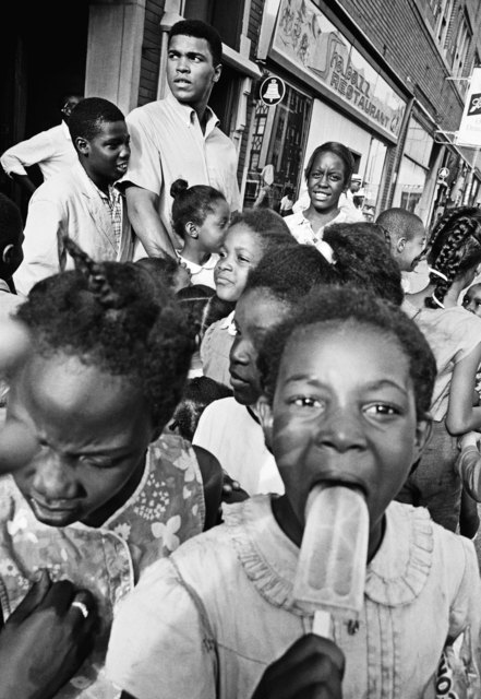 , 'Children gather in the streets of Chicago,' 1966, Galeria de Babel