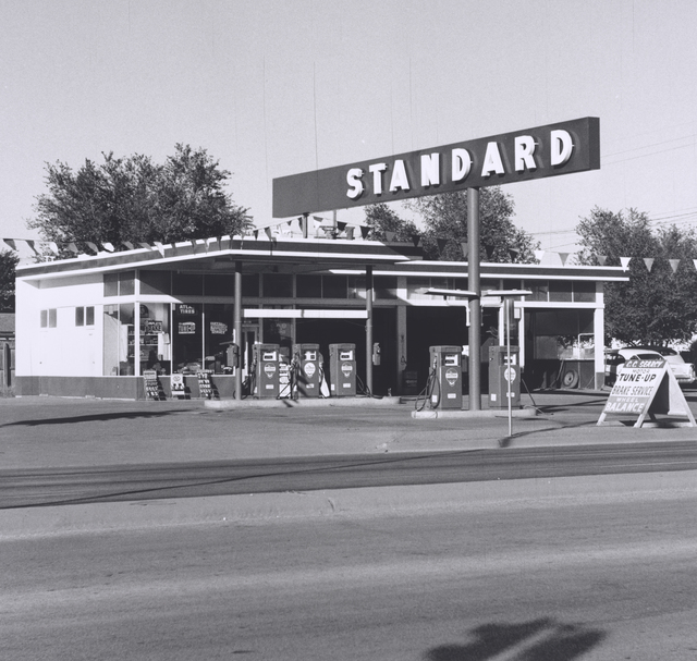 , 'Standard Station, Amarillo, Texas,' 1962, de Young Museum