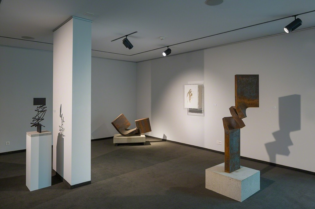 Exhibition space on the ground floor with works by Angela Glajcar and Thomas Röthel (photo: Markus Beyeler)