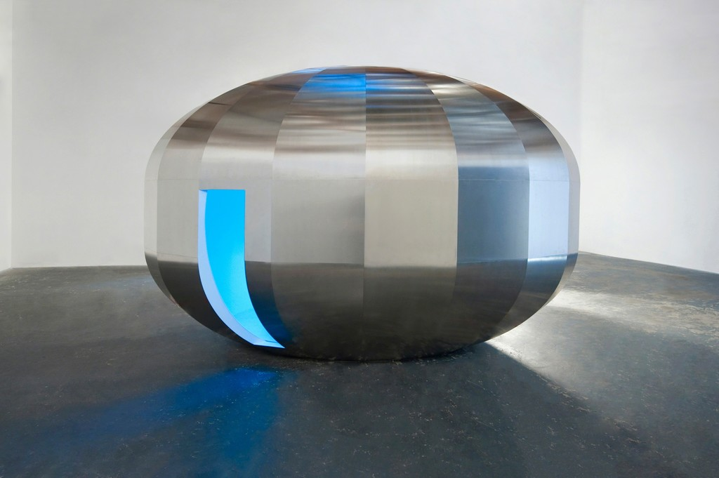 JOHANNES GIRARDONI Metaspace V3, 2013/2018 Aluminium, fiberglass, resin, wood, LEDs, and sensors with Spectro- Sonic Refrequencer, 108 x 168 x 108 inches (274.3 x 426.7 x 274.3 cm), © Johannes Girardoni Studio 2018