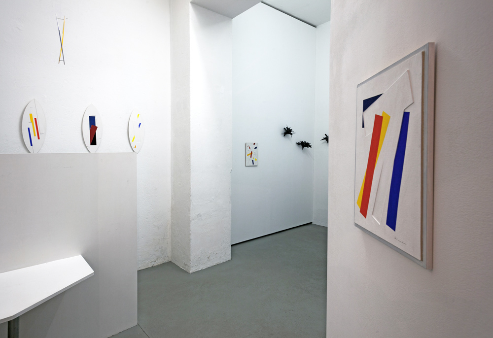 View into the exhibition, in the rear: wall objects by Colin Ardley; photo: Thomas Prochnow
