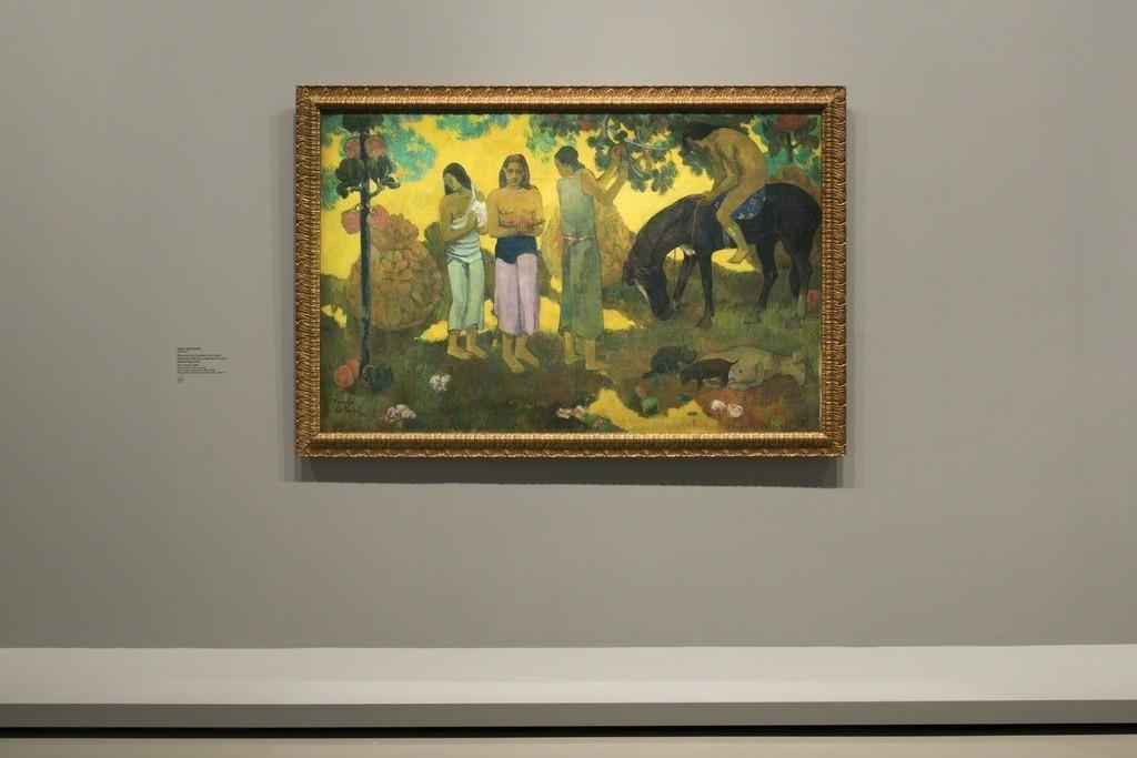 """View of Room 6 """"The Great Iconostasis. Paul Gauguin"""" Paul Gauguin, Ruperupe (La cueillette des fruits), 1899 Musée d'Etat des Beaux-Arts Pouchkine, Moscou © Fondation Louis Vuitton / Martin Argyroglo"""