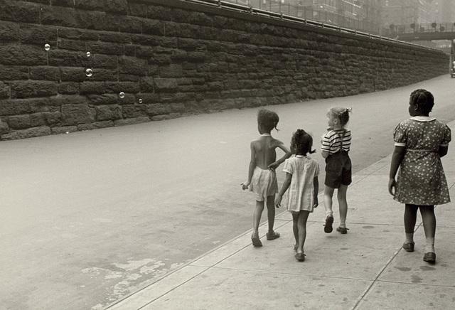 Helen Levitt, 'New York (girls with bubbles)', circa 1940, Phillips