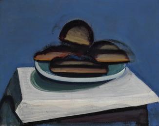 """""""Opstilling på et bord med hvid dug. Flere brød på et hvidt fad. Blå baggrund"""" (Still life on a table with white cloth. More bread on a white dish. Blue background)"""