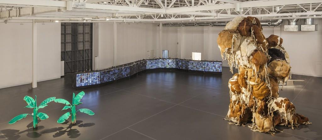 """Installation shot of """"Myth/History II: Shanghai Galaxy."""" Courtesy of Yuz Museum, JJYPHOTO (2015)"""