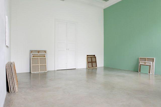 """Claude Rutault, 'de-finition/method one stack, one wall, theme 3 of 'from stack to stack' / dé-finition/méthode """"une pile un mur, thème 3 de 'de pile en pile', 1989-1990, Perrotin"""