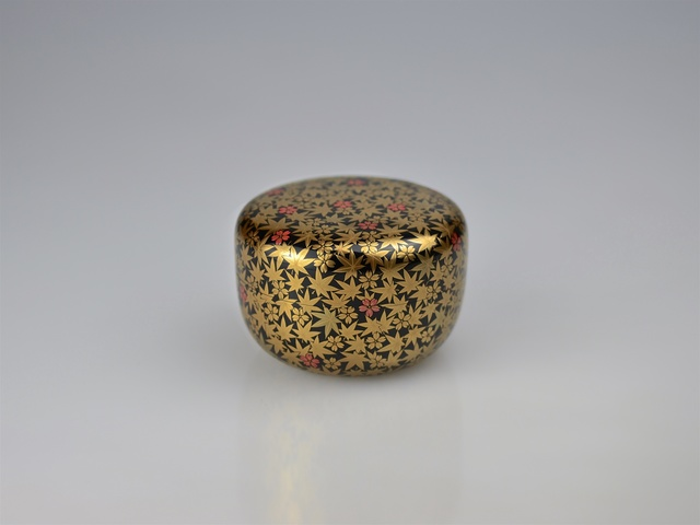 , 'Gold Lacquer Tea Caddy with Marple Leaves and Cherry Blossoms and Appraisal by Tea Master Hōunsai (*1923),' Shōwa period, Galerie Kommoss