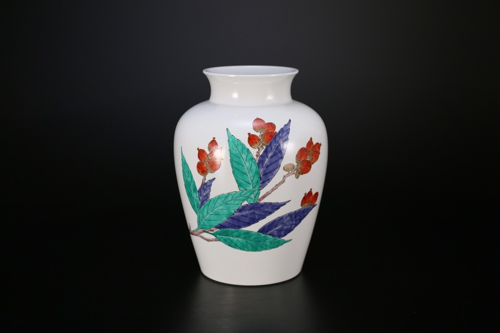 Nigoshide white vase with acorn patterns