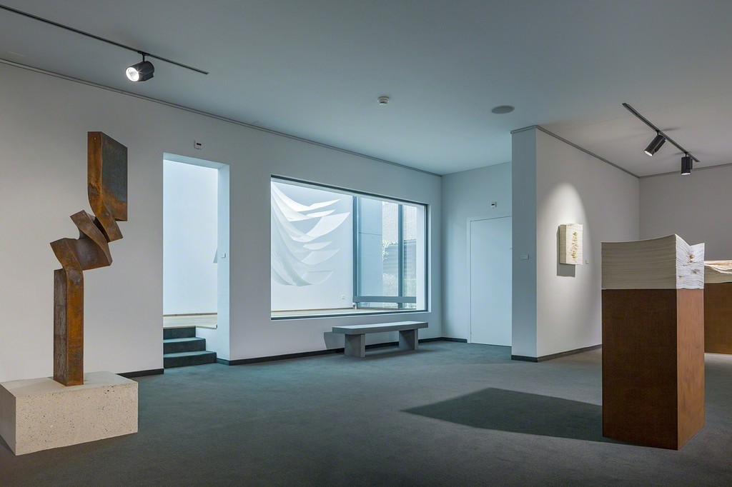 In the background, Angela Glajcar's delicate artwork «white glass» is on display. (Photo: Markus Beyeler)