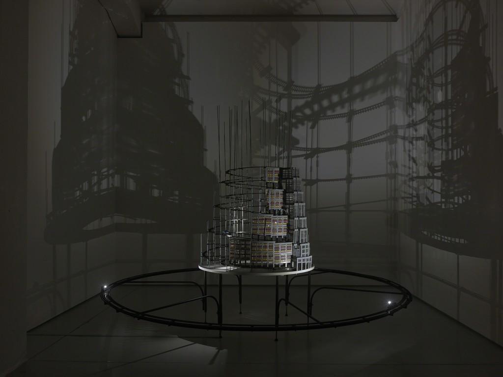Turm zu Babel (Bildmaschine 08), 2017-18 Ausstellungsansicht / installation view Catching the Light, KAI 10 | Arthena Foundation Verschiedene Materialien / mixed media 300 x 300 x 240 cm Foto: Achim Kukulies, Düsseldorf Courtesy der Künstler / the artist