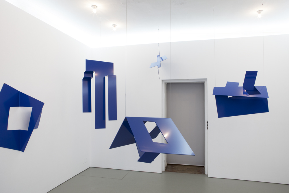 Exhibition view of 'Blauer Salon' by Ursula Sax; photo: Lukas Heibges