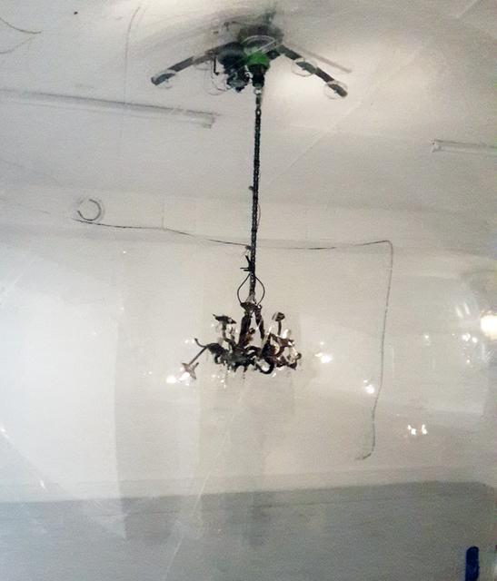 , ' Gonflable, contrepoids, transmission scooter électrique, lustres à pampilles,  collecteur tournant, chaîne de moto, vingt-quatre volts,,,' 2015, In Situ - Fabienne Leclerc