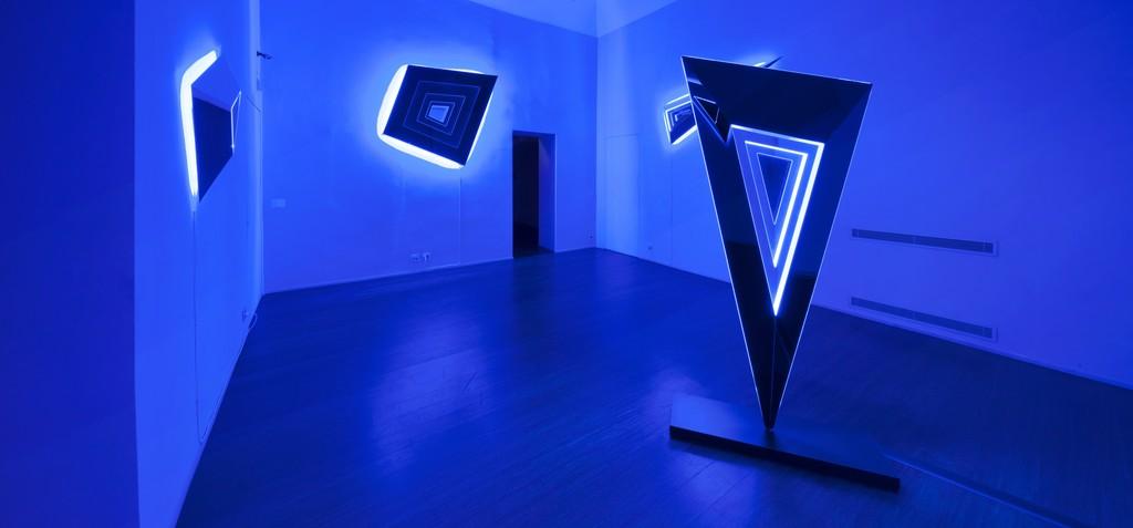 Nanda Vigo: Light Trek - ABC-ARTE Contemporary art Gallery - 2014-2015 Light Tree, 1984-85, 245 x 90 x 45 cm - 96 7/16 x 35 6/16 x 17 11/16 ins, ferro verniciato, tubi fluorescenti e alogene, vetro lavorato Light Tree, 1984-85, 250 x 90 x 49 cm - 98 6/16 x 35 6/16 x 19 4/16 ins, ferro verniciato, tubi fluorescenti e alogene, vetro lavorato Light Tree, 1984-85, 290 x 90 x 45 cm - 114 2/16 x 35 6/16 x 17 11/16 ins, ferro verniciato, tubi fluorescenti e alogene, vetro lavorato www.abc-arte.com