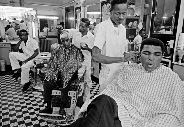 , 'Muhammad Ali visits a barber shop,' 1966, Galeria de Babel