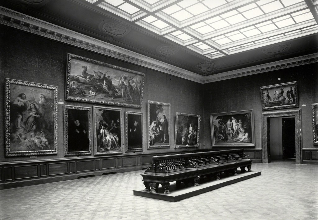 Rubenssaal im Kaiser-Friedrich-Museum (now the space 252 of the Bode Museum) in 1926, with works by Peter Paul Rubens and Anthony van Dyck. Except for two portraits by Van Dyck, many paintings shown were burned in the Flakbunker Friedrichshain. © Staatliche Museen zu Berlin, Skulpturensammlung und Museum für Byzantinische Kunst / Zentralarchiv SMB