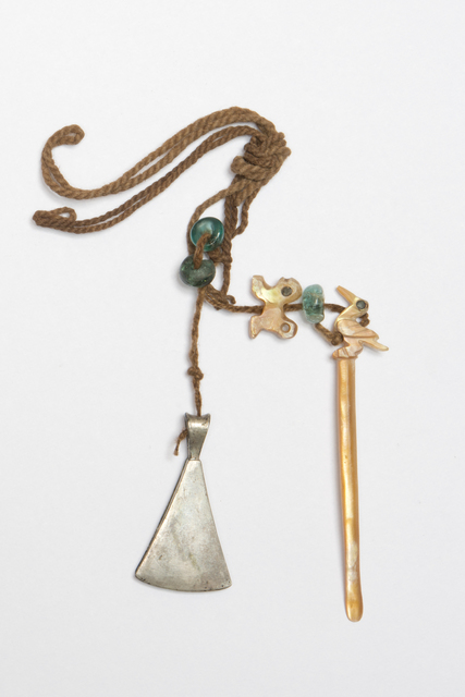 , 'Pince, bâtonnet à chaux et perles (Tongs, rod of slaked lime and pearls),' 1450-1532, Musée du quai Branly