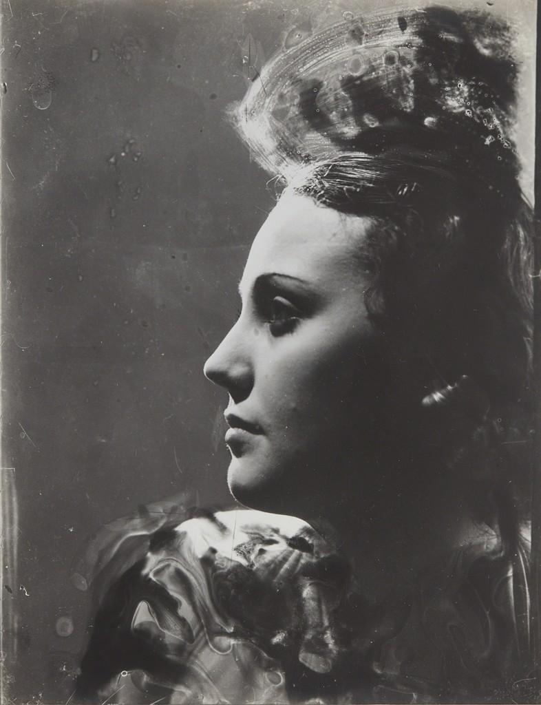 Portrait de profil à la coiffure en hauteur