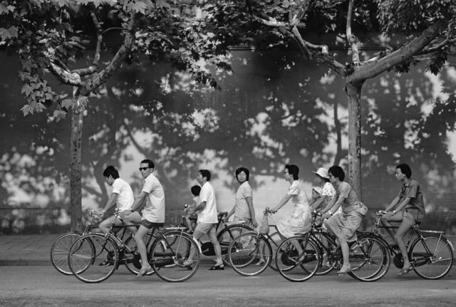, 'Bicycles and Poster Extoling the Virtues of the One Child Policy in Suzhou, Jiangsu,' 1988, Pékin Fine Arts