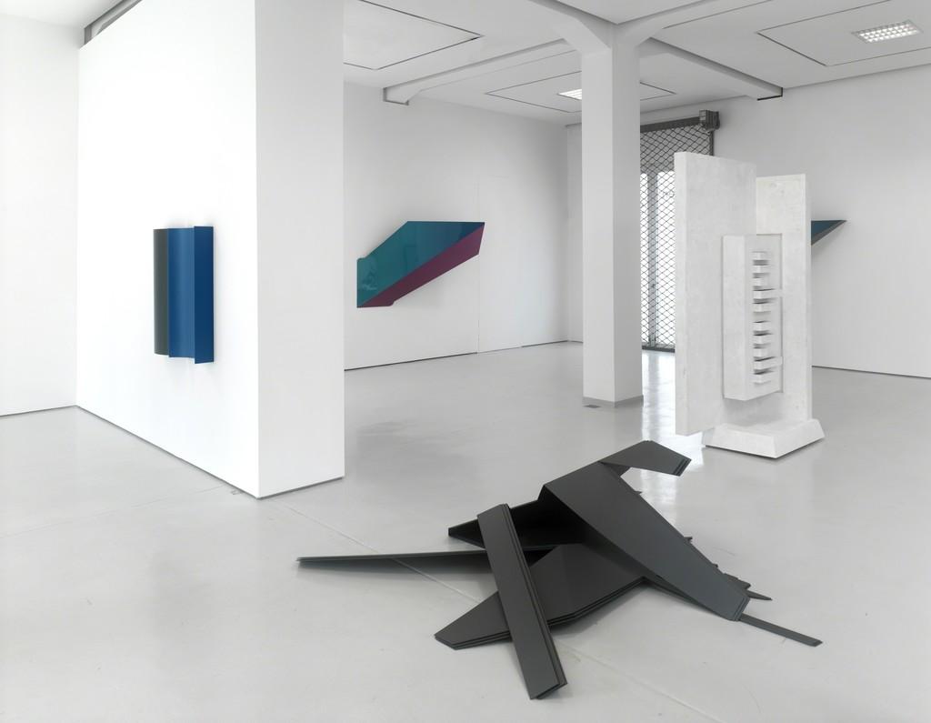 "Installation view, ""Broken Spaces,"" KAI 10 | Arthena Foundation 2015 Charlotte Posenenske, Harald Klingelhöller, Benjamin Houlihan. Foto: Achim Kukulies, Düsseldorf"