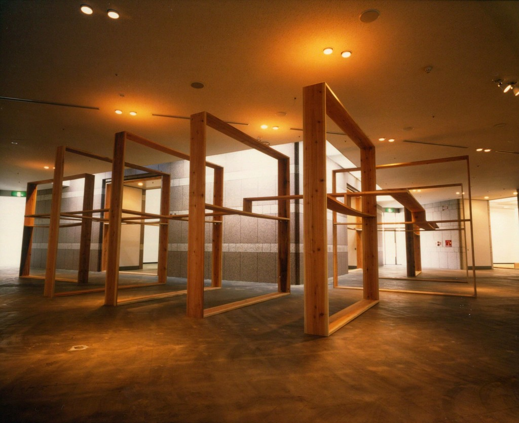 "SUGA Kishio ""Kan-Ku-Ritsu (Circling Void Stands)"" 1999, Wood, Yokohama Museum of Art ©Kishio Suga"