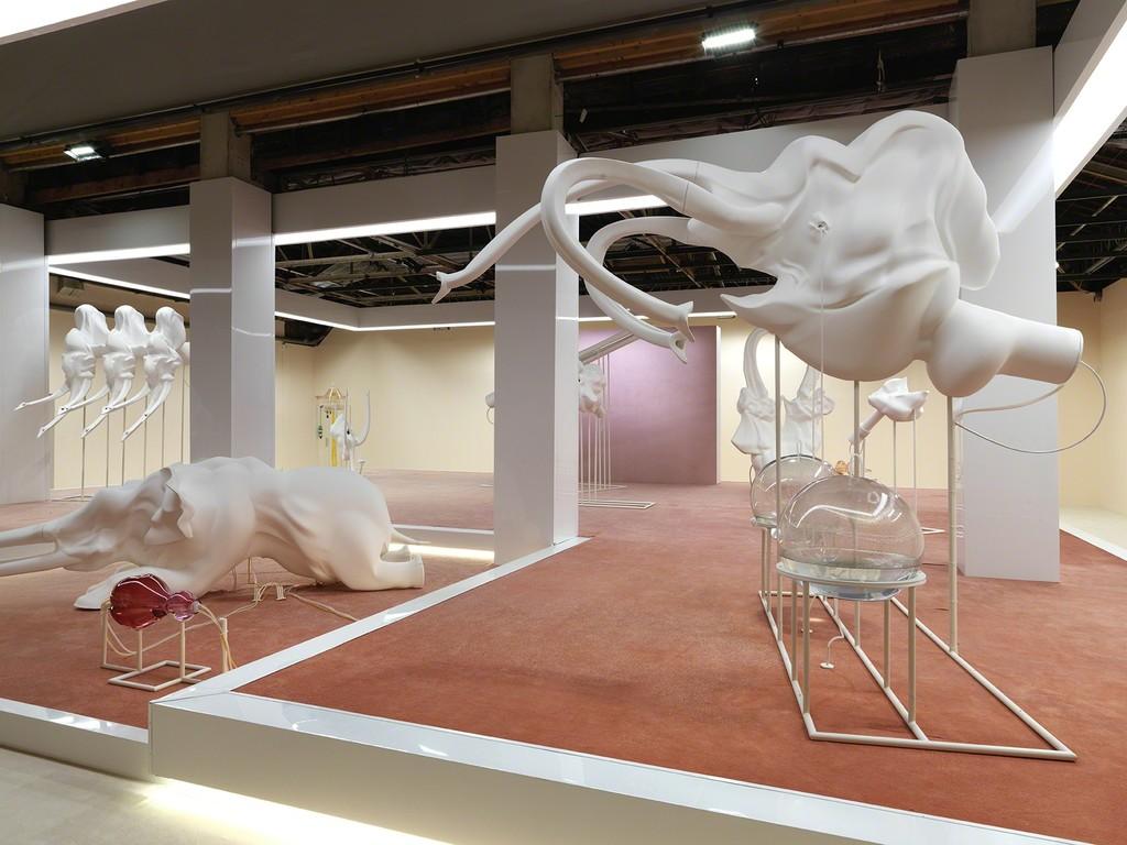 Exhibition view of Marguerite Humeau, FOX P2, Palais de Tokyo (23.06 – 11.09.2016). Courtesy of the artist. Photo : André Morin.