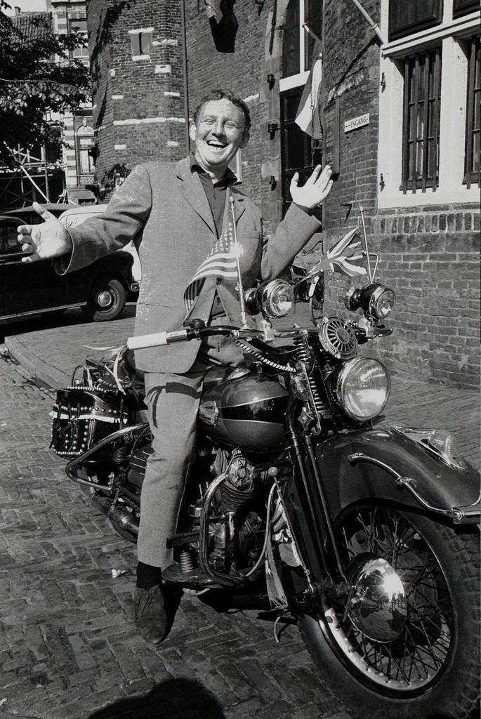 Hugo Claus, Nieuwmarkt, Amsterdam. Nederlands Fotomuseum © Ed van der Elsken