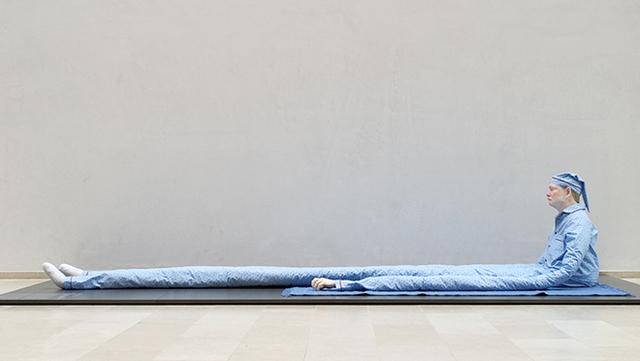 , 'Uden titel (Siddende mand med prikker på blåt tæppe),' 2003, Statens Museum for Kunst