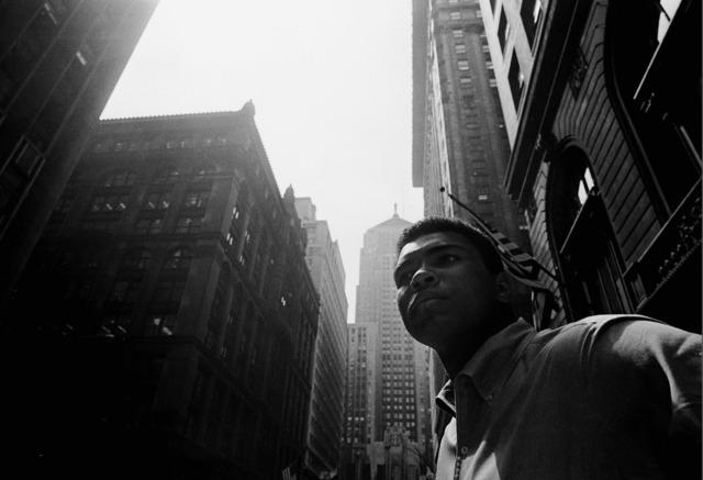 , 'Muhammad Ali walking downtown under Chicago's L,' 1966, Galeria de Babel