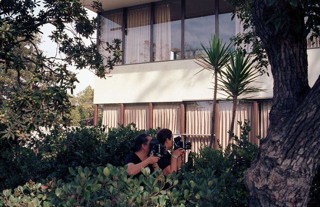 Lake Verea shooting the »VDL House« (1932) by Richard Neutra, Silverlake, California Paparazza Moderna series, 2011–2018 © Lake Verea