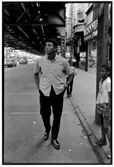 ", 'Ali walking Downtown under Chicago's ""L"",' 1996, Galeria de Babel"