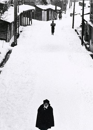 , 'Tokamachi, Japan, January, 1957,' 1957, printed by the photographer's estate, 2003, Scott Nichols Gallery