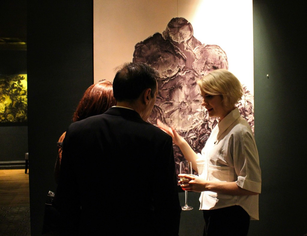 Karla Marchesi talking to Spanish collectors about her work  Cross Section