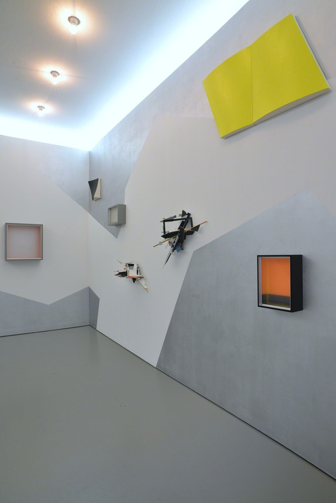 Installation view of 'Trialog' with works by Dittmar Krüger (the 'boxed' paintings), by Dirk Rathke (the 'shaped' canvases) and Colin Ardley (the fragile sculptural wall works) on a a mural by Dirk Rathke; Photo: Michael Kutschbach