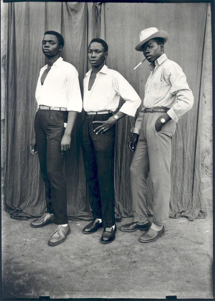 Seydou Keïta | Sans titre (Trois hommes habillés à la dernière mode ...