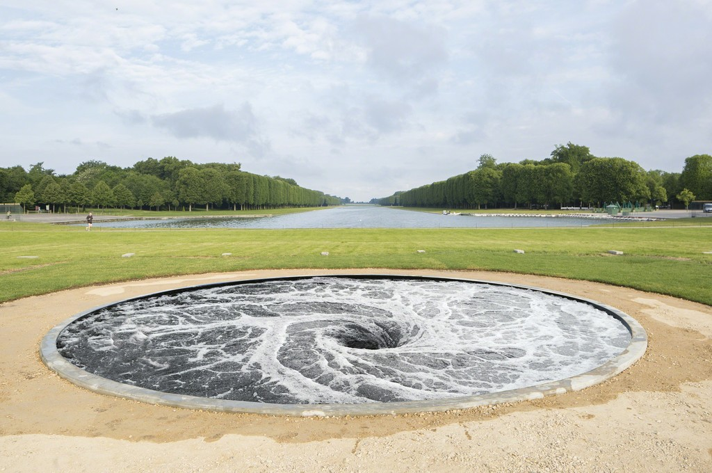 "Anish Kapoor, ""Descension"" (2014). Château de Versailles. Courtesy Kapoor Studio and Kamel Mennour, © Fabrice Seixas"