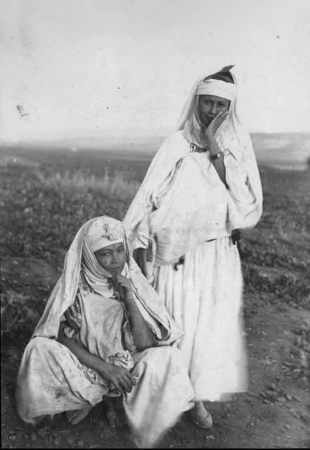 , 'Groupes de personnes en costumes traditionnels,' 1895-1896, Musée national des arts asiatiques - Guimet