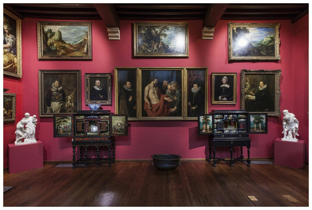 "Installation view of ""The Golden Cabinet. Royal Museum at the Rockox House"" (2015) © Jesse Williams"