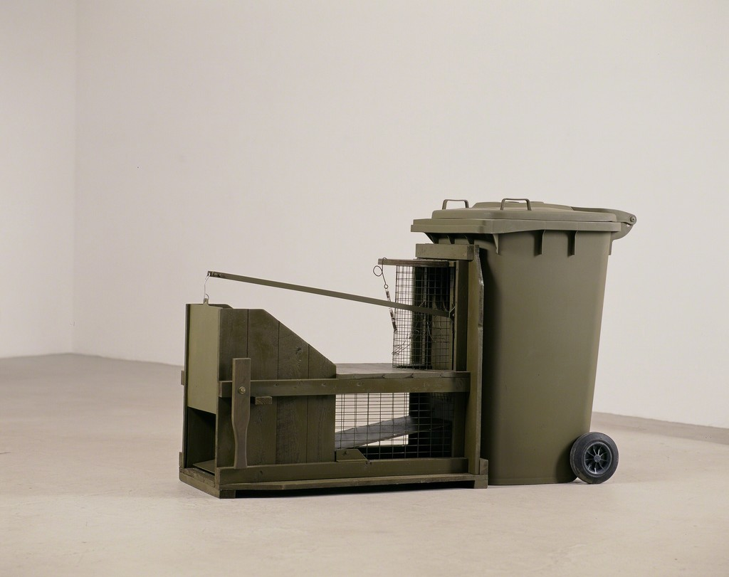 Andreas Slominski.'Trampa para gatos (Katzenfalle)', 1999 wood, plastic, metal and bait 125 x 220 x 70 cm