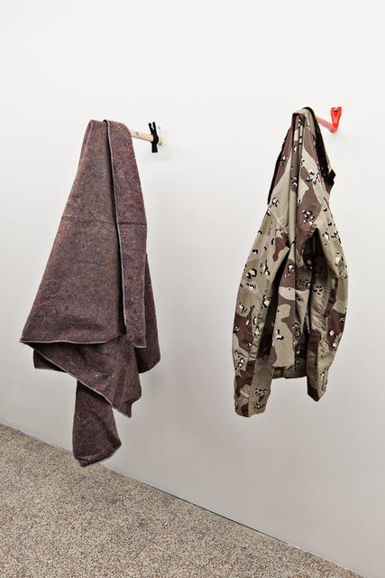 , 'o equilíbrio entre proteção e resistência (desert camo),' 2014, Galleria Continua