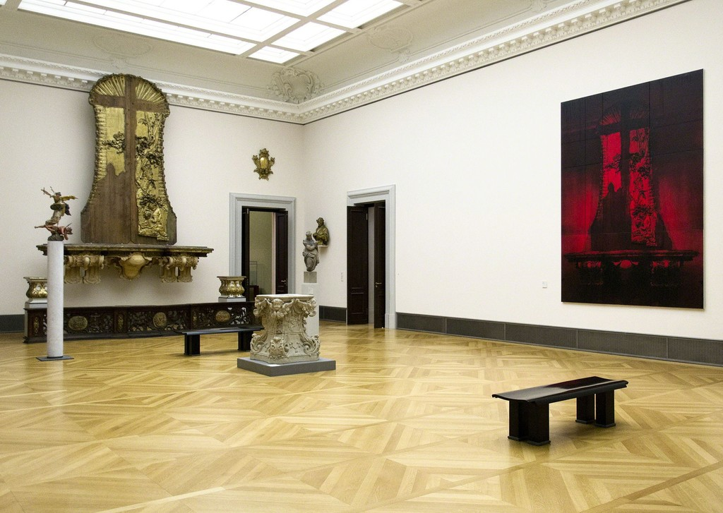 """Red Mannheim I"" (2010) by Mark Alexander in dialogue with the source of his inspiration: the largely destroyed during World War II and received only as a fragment Mannheim high altar by Paul Egell (ca. 1740). © Staatliche Museen zu Berlin, Skulpturensammlung und Museum für Byzantinische Kunst / Fabian Fröhlich"