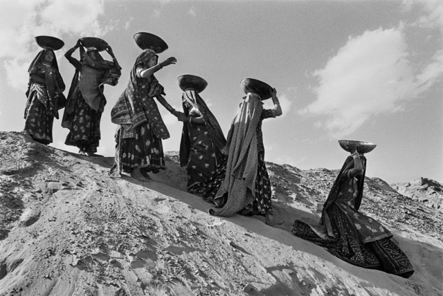 Sebastião Salgado, 'Workers on the canal construction site of Rajasthan, India.,' 1990, Sundaram Tagore Gallery