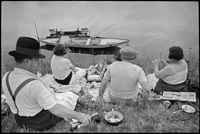 布列松(Henri Cartier-Bresson)作品《週日的塞納河畔》(Sunday on the banks of the River Seine. France, 1938)(取自Artsy.net)