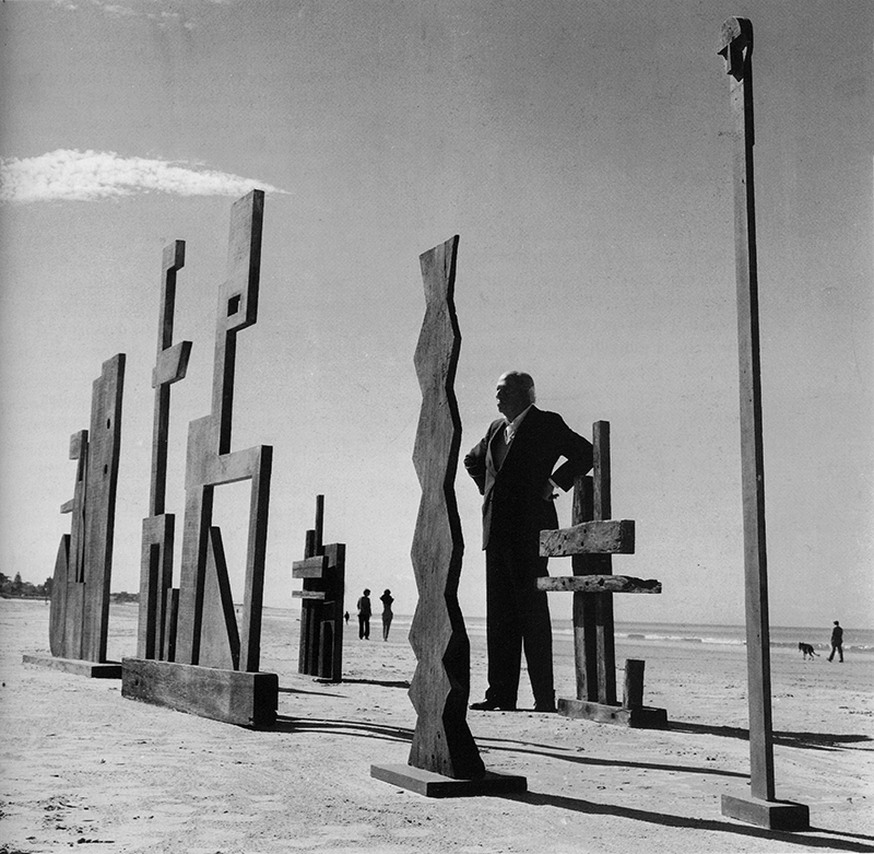 Francisco Matto with his wood sculptures on the Carrasco beach in Uruguay, 1985. Photo by Julio Testoni