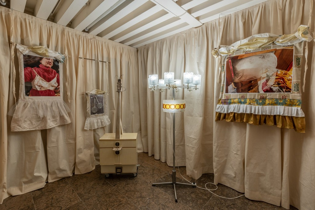"""The Parents' Bedroom Show"", Spazio Ridotto, Venice 2019. Install shot by Karolina Sobel. Image Courtesy of Zuecca Projects"