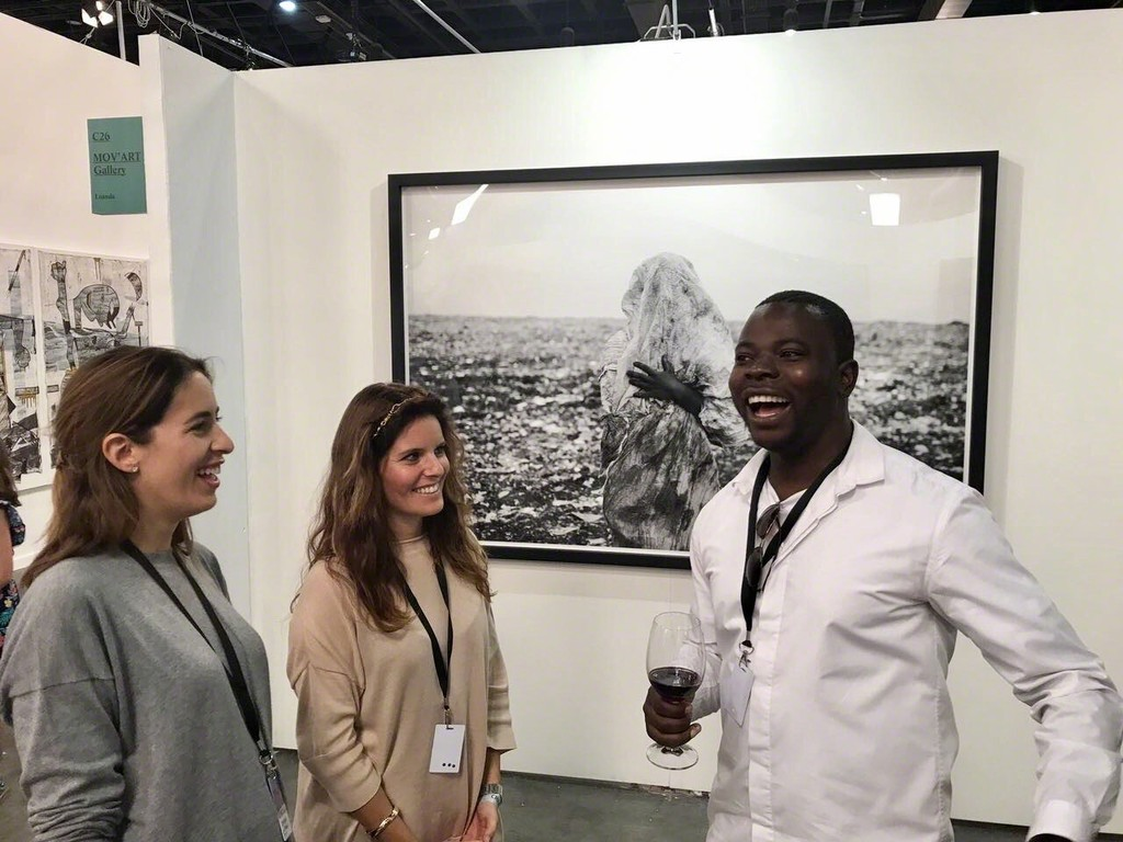 MOV'ART's Lauren Pozzo di Borgo and Janire Bilbao with artist Mário Macilau.
