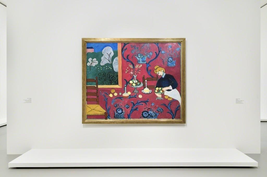 """View of Room 8 """"The Pink Room. Henri Matisse"""" Henri Matisse, La Desserte (Harmonie en rouge, La Chambre Rouge), 1908 Musée d'Etat de l'Ermitage, Saint Pétersbourg © Succession H. Matisse pour l'oeuvre de l'artiste. Photo Fondation Louis Vuitton / Martin Argyroglo"""