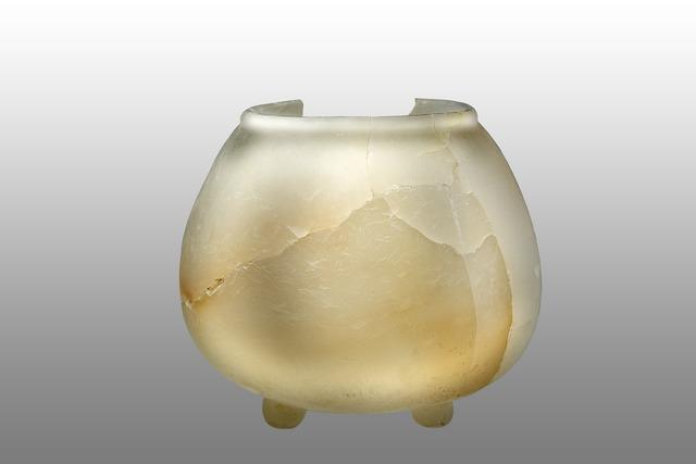 , 'Pot tripode en albâtre (Tripod pot in alabaster),' 600-900 AD, Musée du quai Branly