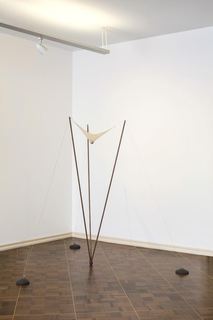 ERNESTO NETO  Título: Sem título Ano: 1997 Dimensões: 170 x 175 x 180 cm  Material: Cobre, pano/tecido, poliamida